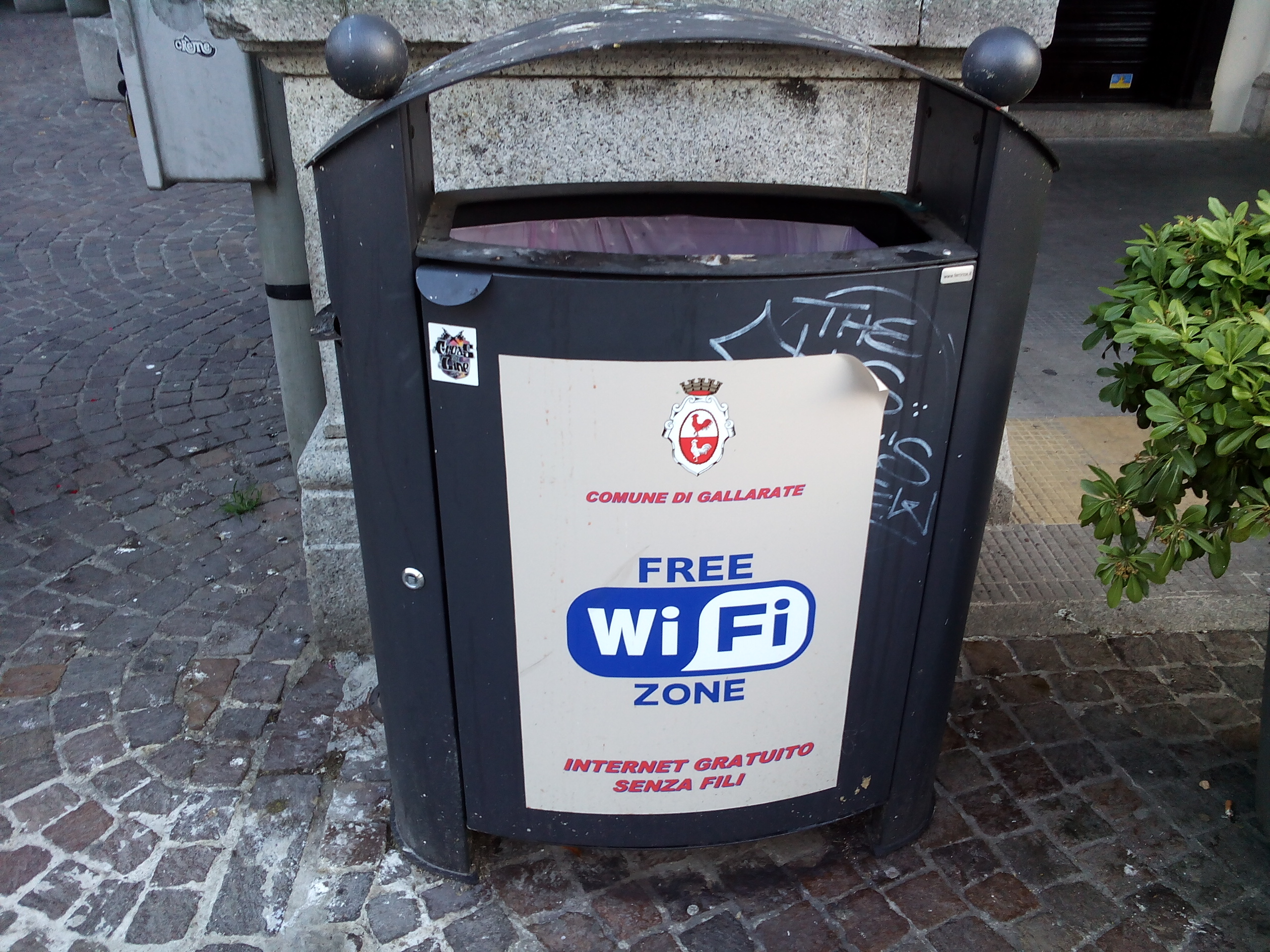 Un cestino dell'immondizia con il cartello WIFi