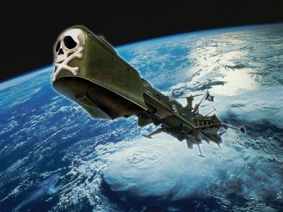 L'astronave arcadia in prua presenta un enorme cassone bombato -probabilmente uno spazio per immagazzinaggio- al posto della polena un teschio con sotto gli omeri incrociati -simbolo dei pirati- sullo sfondo la terra.