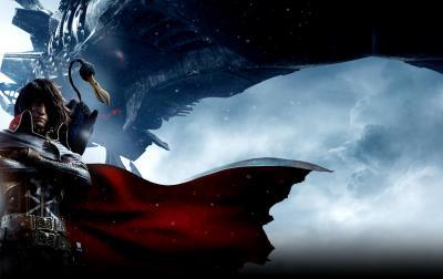 Capitan Harlock con il mantello sventolante, sullo sfondo levitando la sua astronave Arcadia a pochi metri, sulla spalla il suo fedele avvoltoio.