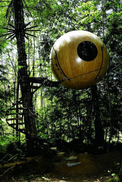 Per gli spiriti liberi la sfera galleggiante fra gli alberi - Canada
