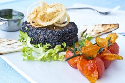 Filetto di Manzo Kobe (2oogr) grigliato con semi di Papavero blu dell'Himalaya e porro croccante Bleu de Selaise, accompagnato da pomodorini IGP di Pachino fritti e Chimichurri originale Argentino - prezzo 299euro.